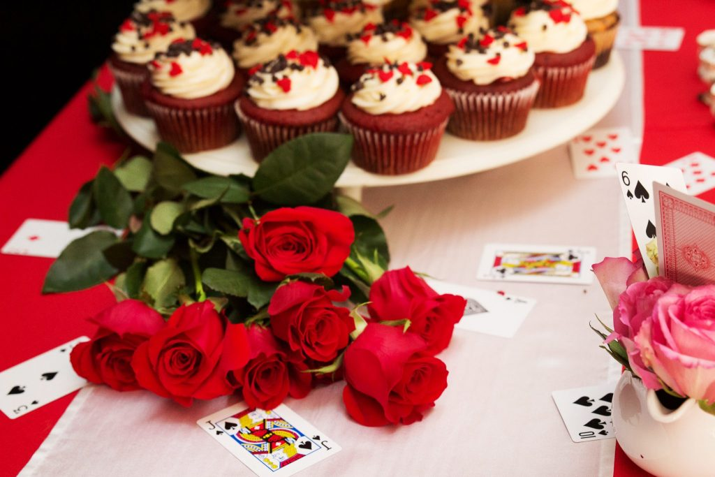 Alice in Wonderland cupcakes and roses