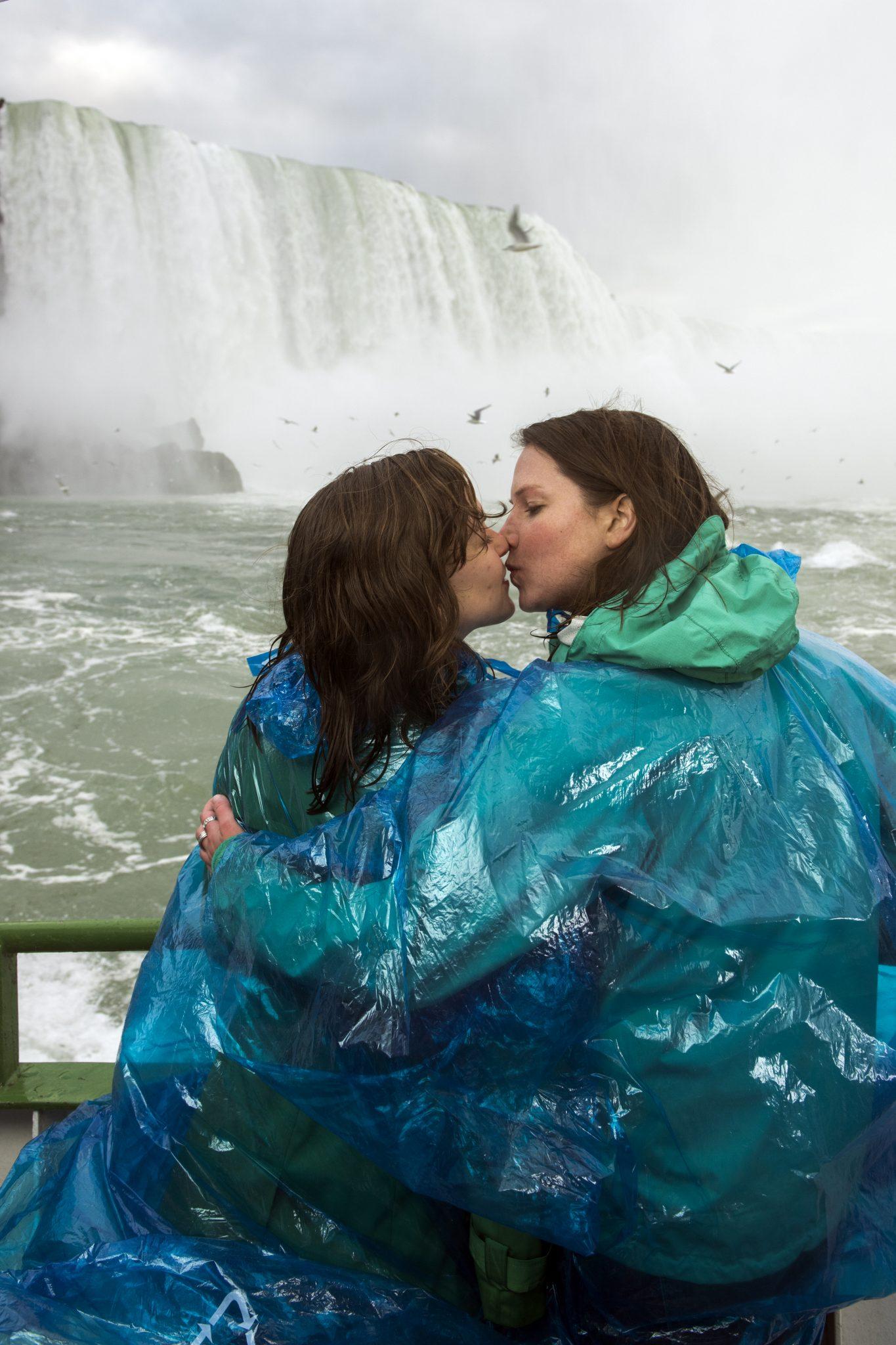 women kissing Niagara Falls