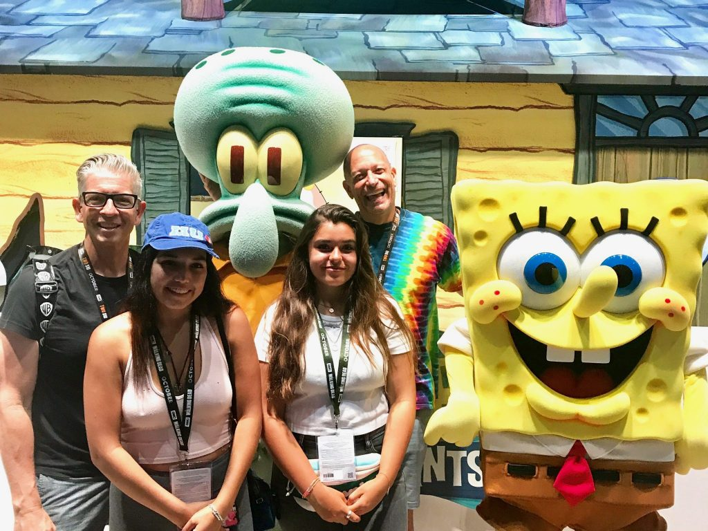 Family poses with Spongebob and Squidward at Comic Con